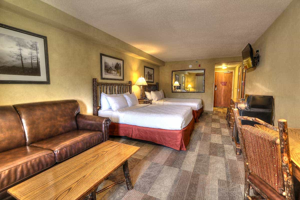 standard guest room at Oak Tree Lodge hotel in Sevierville